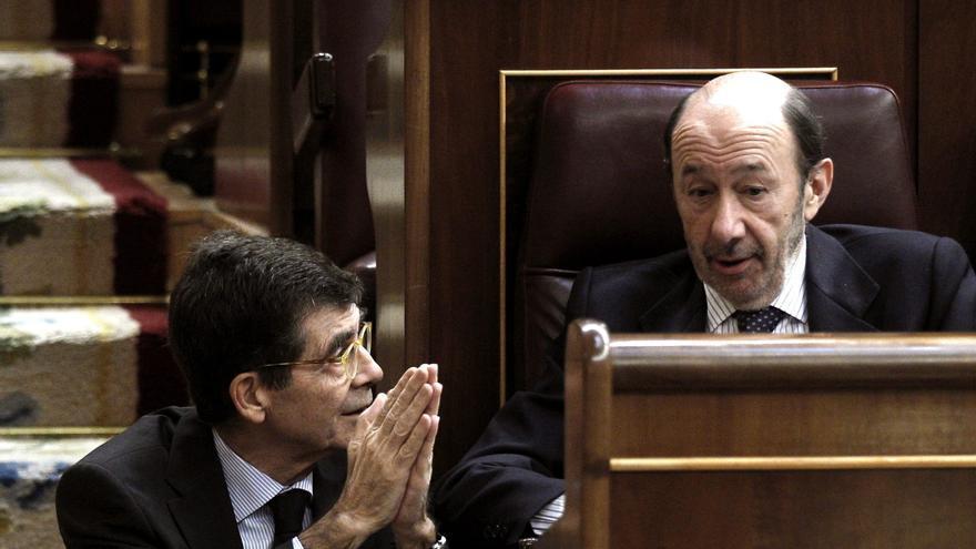El diputado José Enrique Serrano conversa con Alfredo Pérez Rubalcaba. / Efe