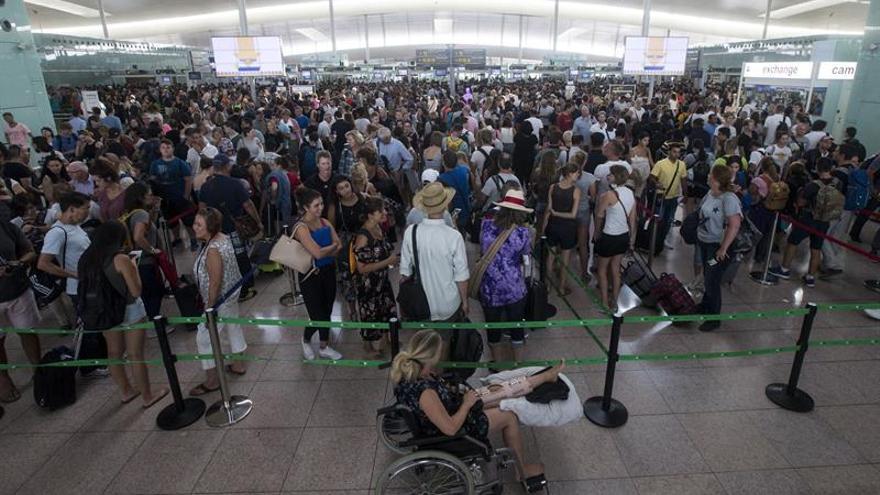 Miles de pasajeros llegan con mucha antelación y saturan terminales de El Prat