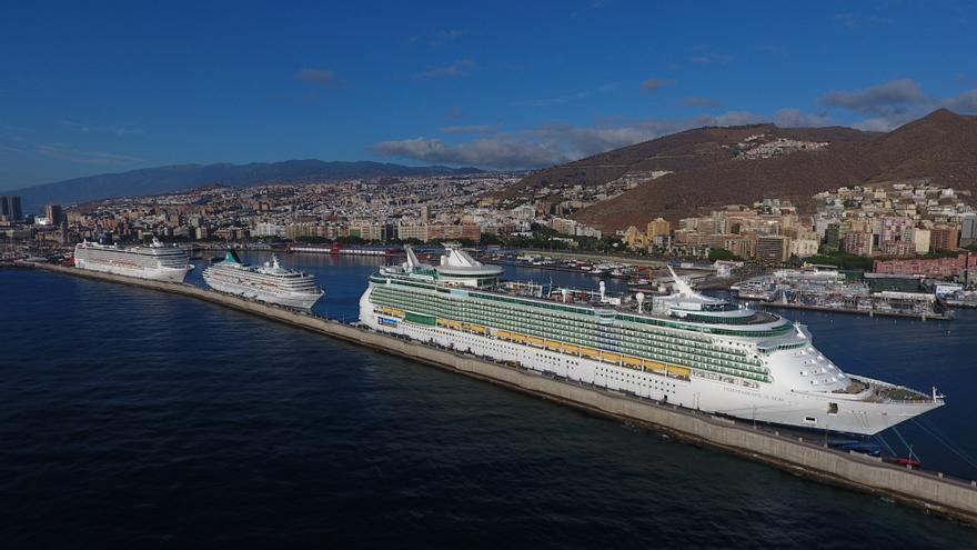 Buques de turismo en el puerto de Santa Cruz