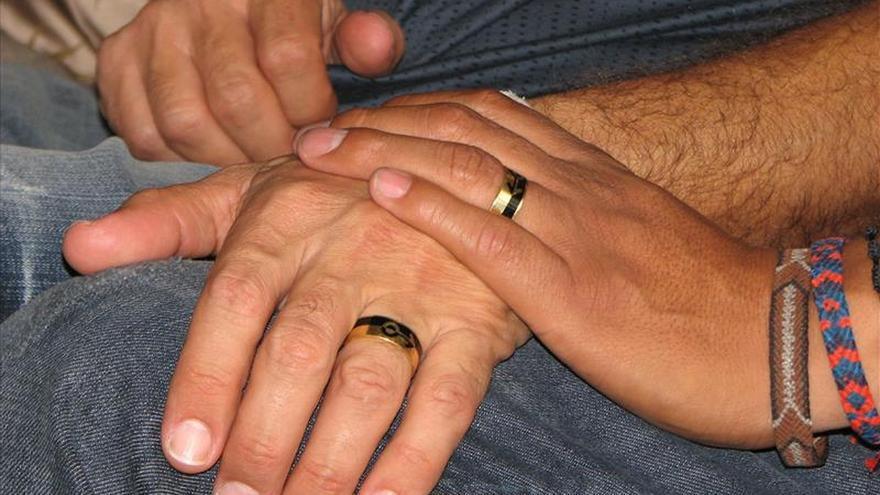 El 73 por ciento de los colombianos se opone a la adopción por parte de parejas gais