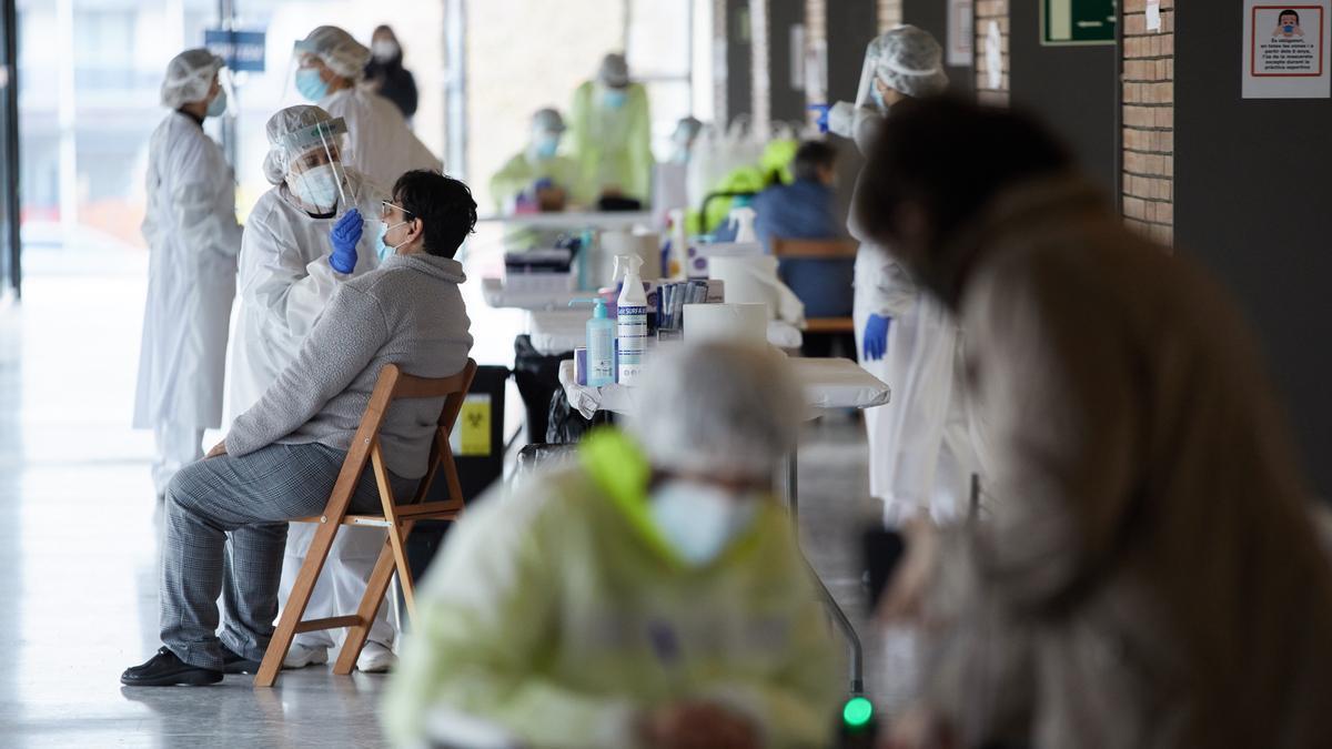 Cataluña suma 140 ingresados más por covid y 40 fallecidos en una semana. EFE/David Borrat./Archivo
