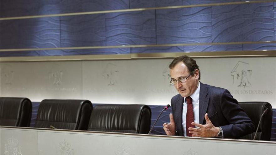 Alonso dice que Aznar hace sus aportaciones desde Faes y la presidencia de honor del PP
