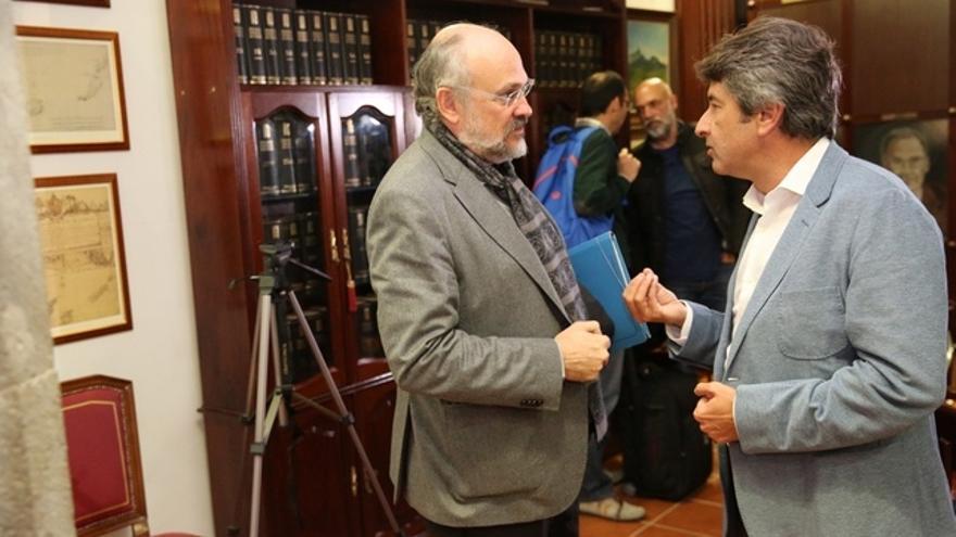 Francisco Pomares y Vicente Mujica, presidente de Demócratas para el Cambio, conversan tras la rueda de prensa
