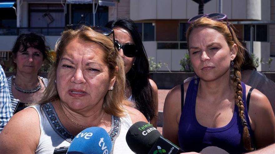 La cabeza de lista de Unidos Podemos al Congreso de los Diputados por Las Palmas, Meri Pita, acompañada por la diputada autonómica Noemí Santana