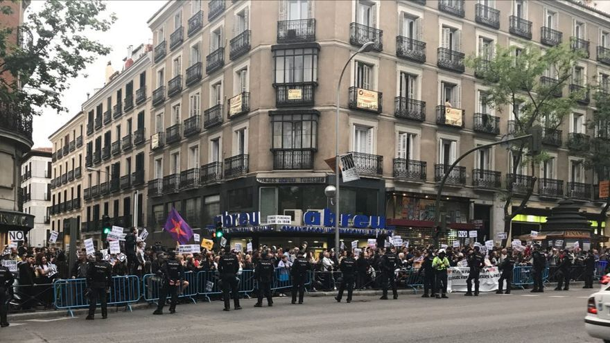 Centenares de manifestantes ante la sede del PP