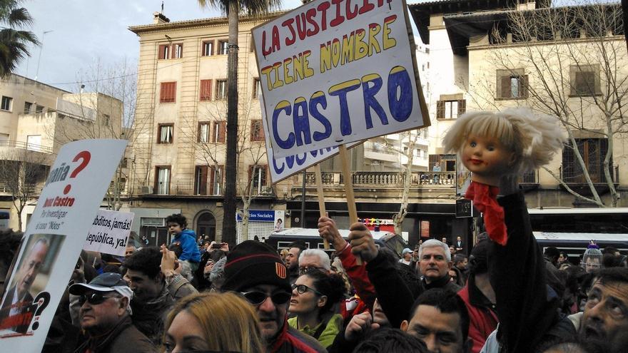 Apoyo público al juez Castro el día de la declaración de la infanta en Palma.