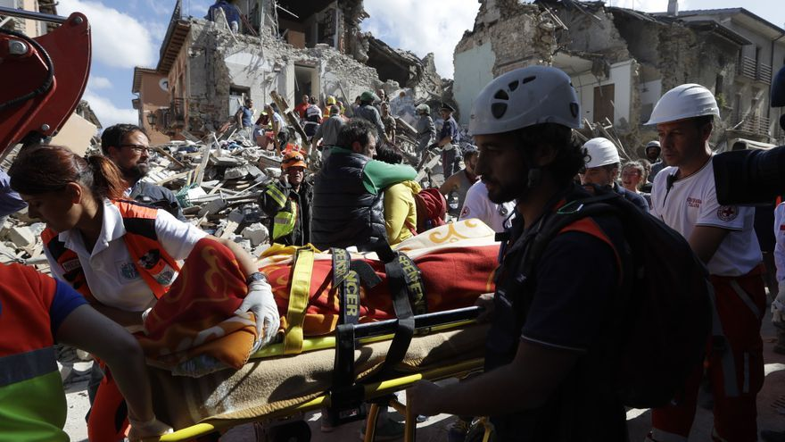 Los equipos de rescate recuperan el cuerpo de una víctima en Amatrice / AP - Alessandra Tarantino