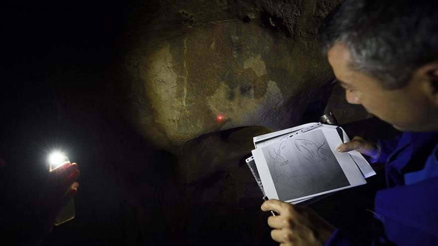 """Hornos de la Peña, la cueva con un """"curioso"""" antropomorfo y arte de 20.000 años"""