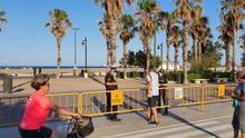 La Policía Local impide el acceso a la playa de la Malva-rosa de València.