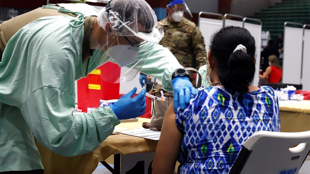 Una mujer recibe hoy la vacuna de Moderna contra la covid-19 en el Coliseo Pedrín Zorrilla, en San Juan (Puerto Rico). EFE/Thais Llorca