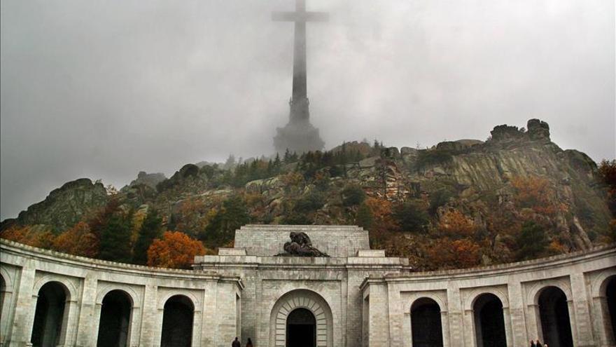 El Valle de los Caídos, que consta de una gran iglesia, una gran cruz y una abadía de monjes