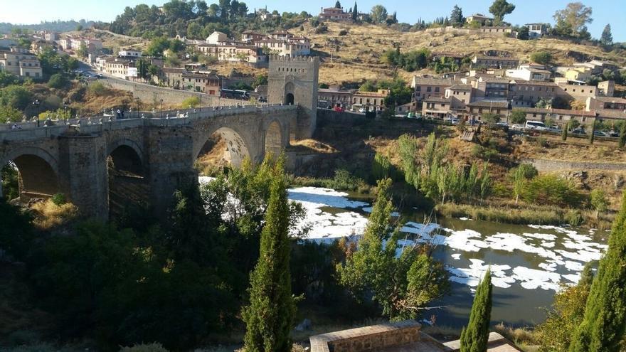 """Confederación Hidrográfica del Tajo investiga el origen de las """"espumas"""" observadas en el río a su paso por Toledo"""