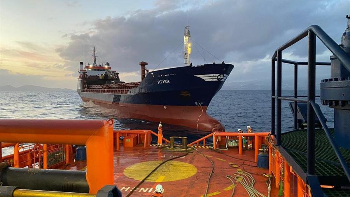 El Titania, remolcado el puerto de La Luz y de Las Palmas