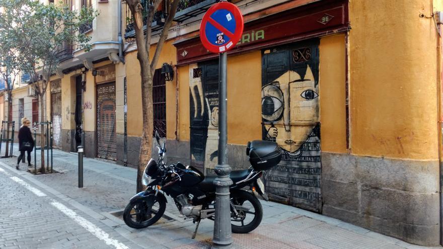 Moto aparcada incorrectamente en San Vicente Ferrer | SOMOS MALASAÑA