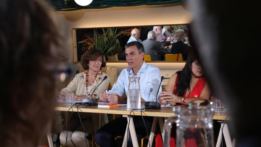 El presidente del Gibierno en funciones, Pedro Sánchez, junto con la vicepresidenta Carmen Calvo, durante la reunión con Colectivos de Diversidad