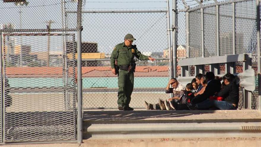 Migrantes son detenidos tras cruzar el río Bravo este, martes 16 de abril de 2019, en la fronteriza Ciudad Juárez, en el estado de Chihuahua (México).