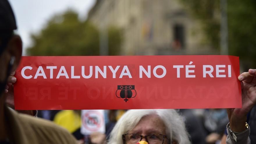 Manifestantes ante la estación de França de Barcelona por el acto del Rey Felipe VI en el BNEW