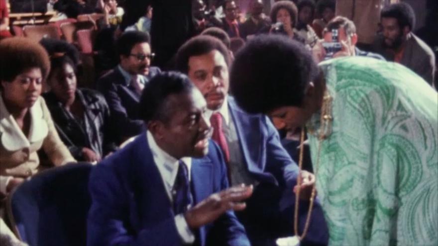 Aretha Franklin hablando con su padre en la iglesia baptista de Los Angeles