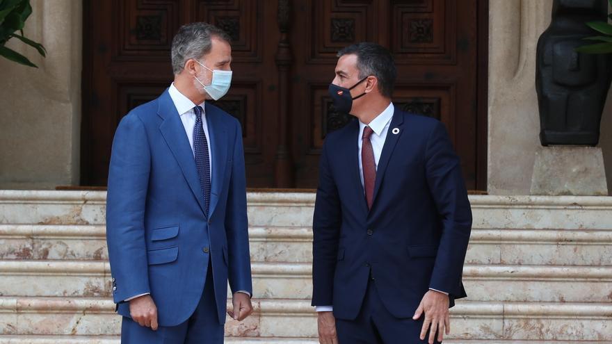 El rey Felipe VI (i) y el presidente del Gobierno, Pedro Sánchez, minutos antes del comienzo de un despacho programado sobre asuntos oficiales en el palacio de Marivent de Palma. En Palma de Mallorca, Islas Baleares, (España), a 12 de agosto de 2020. Se t
