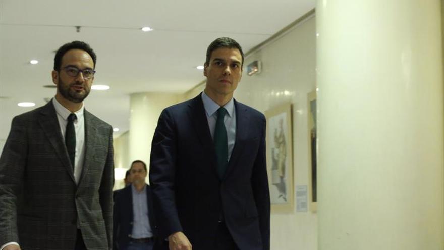 Pedro Sánchez acompañado por el portavoz socialista, Antonio Hernando