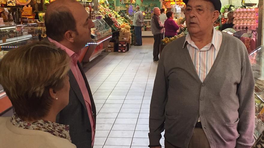 Juan José Cardona visita el Mercado de Altavista