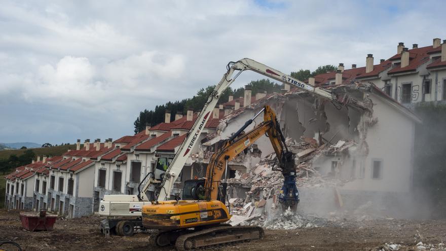 Dos palas ejecutan el derribo de las primeras viviendas en el Alto del Cuco. | JOAQUÍN GÓMEZ SASTRE