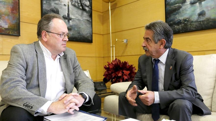 Revilla analiza con el alcalde de Campoo de Yuso actuaciones para dinamizar el turismo