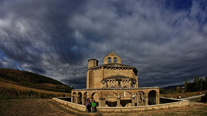 La ermita de Santa María de Eunate es una joya románica construida en el siglo XII que aparece en el listado de 1.087 inmatriculaciones realizadas por la Iglesia católica en Navarra. / Foto: Roberto Cacho Toca (CC)