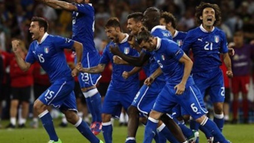 Los jugadores italianos celebran el definitivo penalti de Diamanti. (Europa Press)