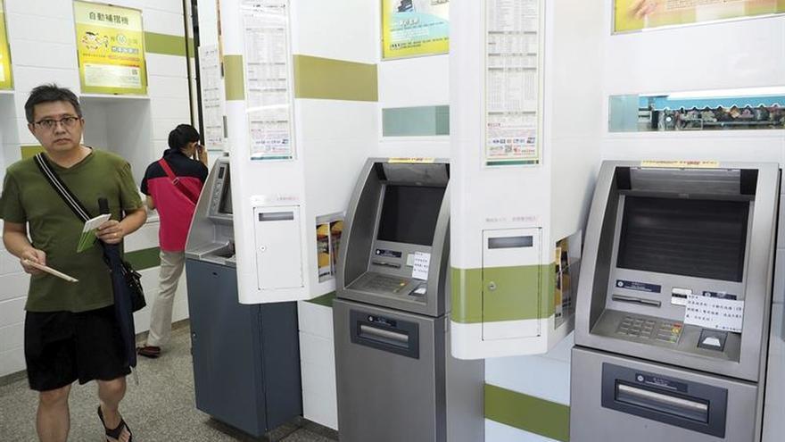 """Unos ladrones logran que cajeros automáticos en Taiwán """"escupan"""" millones"""