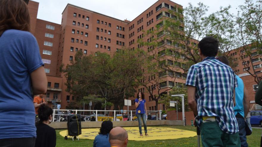 La número 7 de la CUP Capgirem Barcelona, Isa Chacón, en l'acte davant de l'Hospital de Vall d'Hebron. / BLANCA BLAY