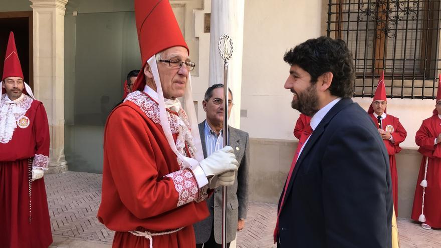 López Miras visitando la archicofradía de 'los coloraos'