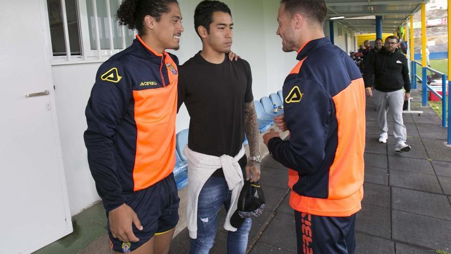 Araujo, visitando a sus compañeros en el entrenamiento