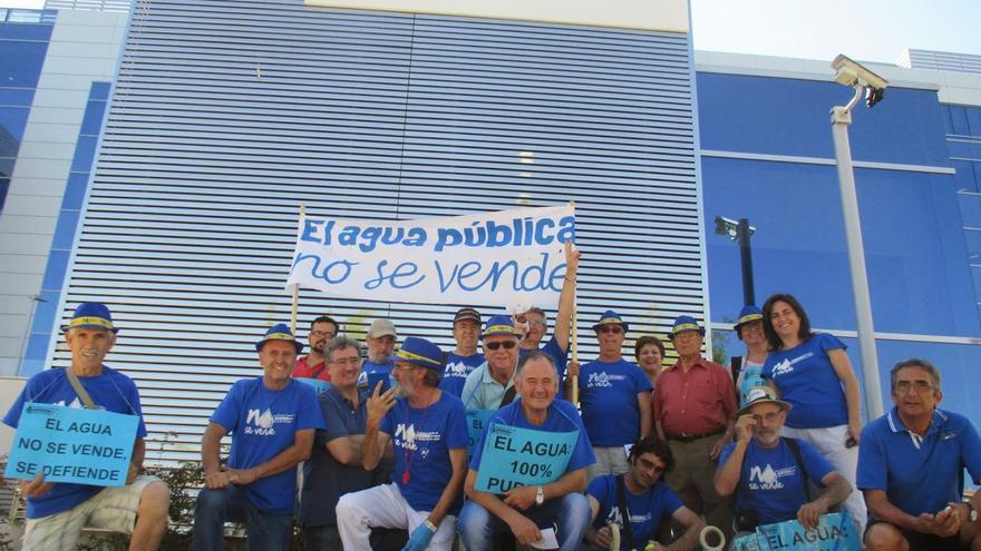Plataforma Aguas de Alcazar en la sede de FCC-Aqualia / Foto: Plataforma contra la privatización del agua de Alcázar