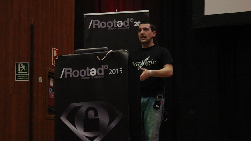 El analista Adrián Villa durante su ponencia en el congreso Rooted CON