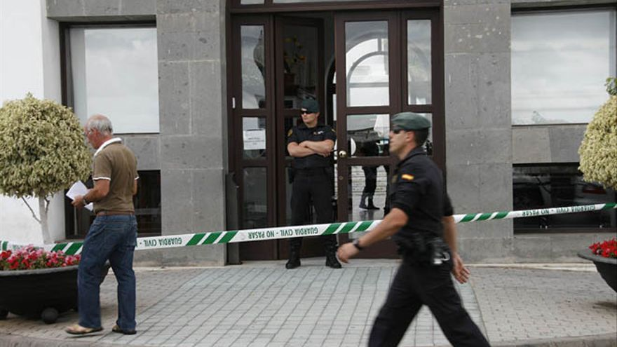 Agentes de la Guardia Civil en un registro del Ayuntamiento de Arrecife por el caso Unión / Foto: De la Cruz.