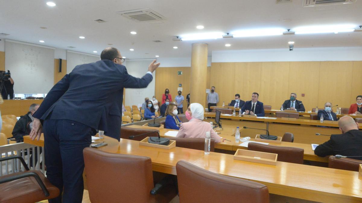 El líder de Caballas, Mohamed Ali, se enfrenta a los diputados de Vox en un pleno de la Cámara regional de Ceuta