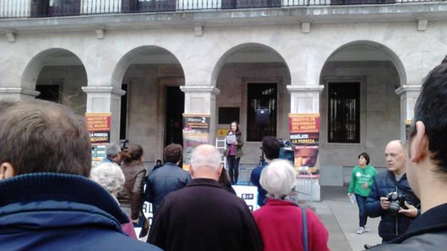 La Plaza Porticada de Santander ha acogido los actos con motivo del día internacional contra la pobreza.| @IOSantander