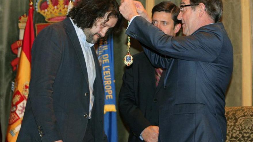 Vecinos de Angrois comparten la medalla de Santiago con quienes ayudan al otro