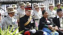 El príncipe Enrique se embadurna de colores para celebrar la festividad Holi en Nepal