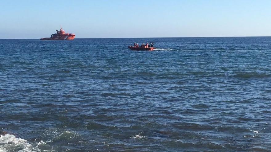 Patrullera y zódiac de Salvamento Marítimo, cerca de la playa de Meloneras.  (CANARIAS AHORA)