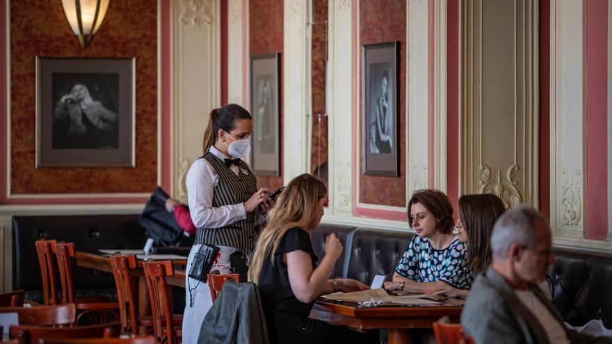 Los restaurantes checos reabren tras cinco meses de cierre por la pandemia