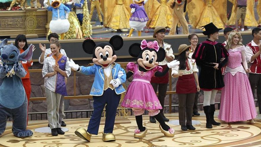 Disney abre su primer parque temático en China, donde Wanda le promete guerra