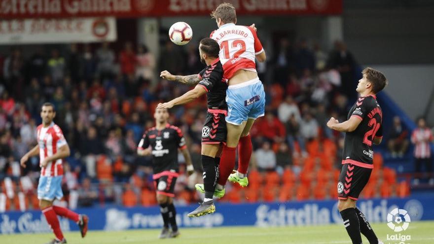 Héctor lucha por un balón durante el encuentro disputado este martes en el Ángel Carro de Lugo