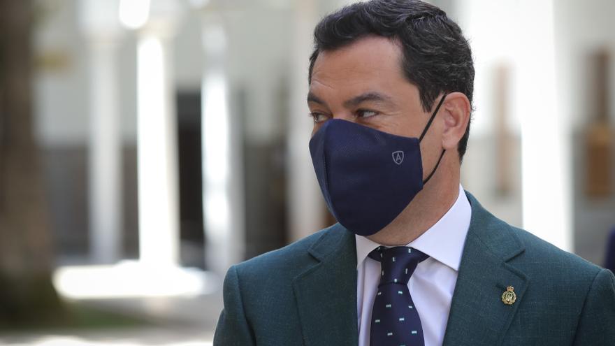 El presidente de la Junta, Juanma Moreno, antes de entrar en el Salón de Plenos del Parlamento andaluz.