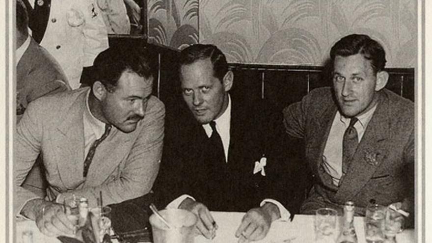O'Hara en el Stork Club de Nueva York, con Ernest Hemingway y el dueño, Sherman Billinsgley