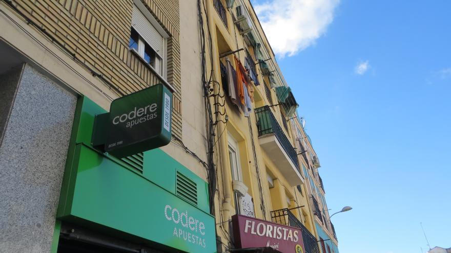Los negocios tradicionales menguan ante las casas de apuestas en Puente de Vallecas