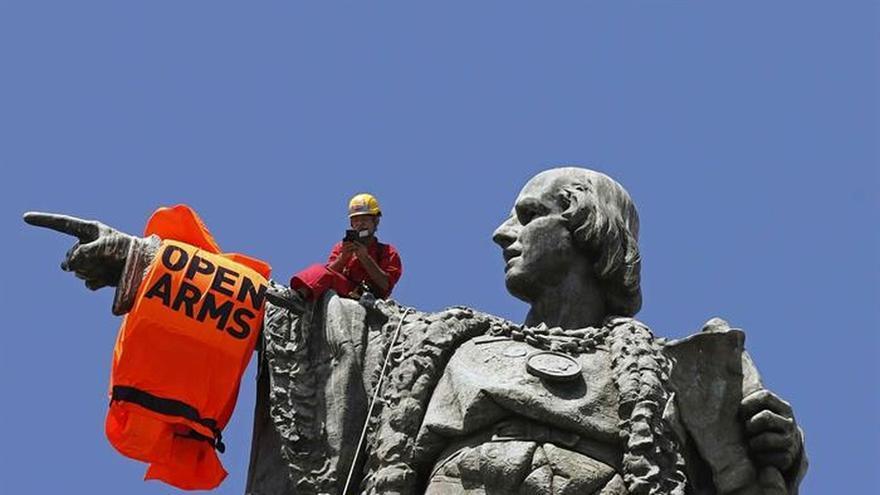 Colocan un chaleco salvavidas gigante en la estatua de Colón en Barcelona
