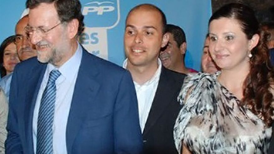 La consejera del Partido Popular (PP) en el Cabildo de La Gomera, Nuria Esther Darias Herrera, junto al presidente de España, Mariano Rajoy.