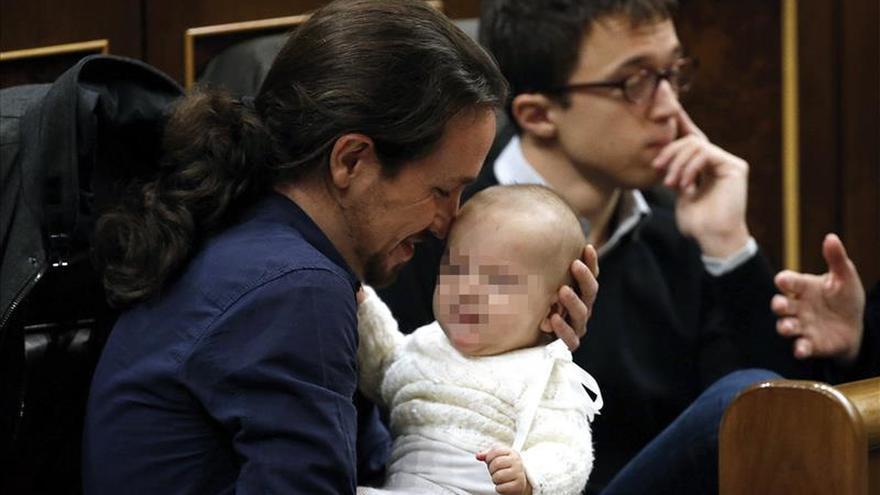 Pablo Iglesias acuna al bebé de Bescansa sentado en su escaño